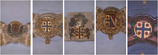 Blason des Hurault de Cheverny : d'or à la croix d'azur cantonnée de quatre ombres de soleil de gueule